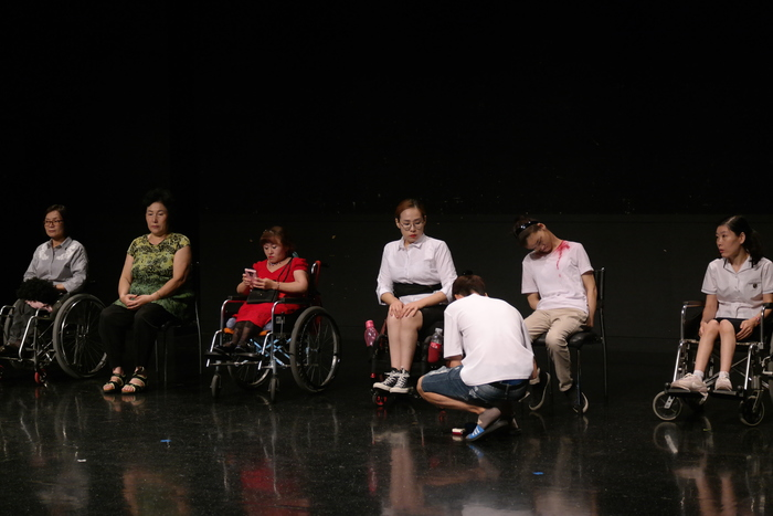 연극연습에 앞서 배우들 동선 표시 등 무대준비중인 사진