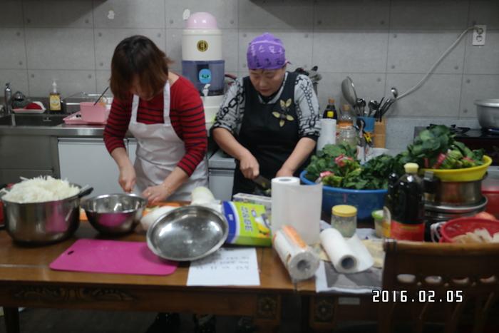 음식을 만드는 자원봉사자들