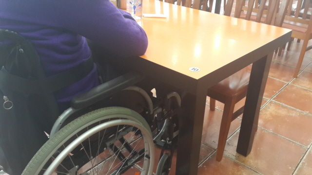 테이블 밑에 밀착한 휠체어