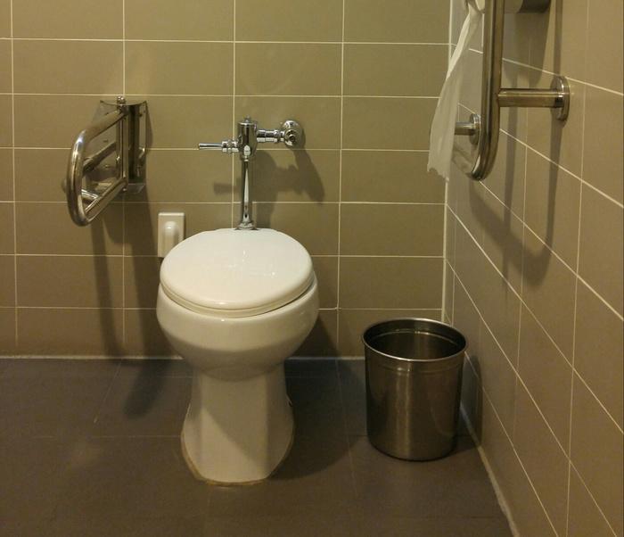 장애인 화장실 좌변기 모습