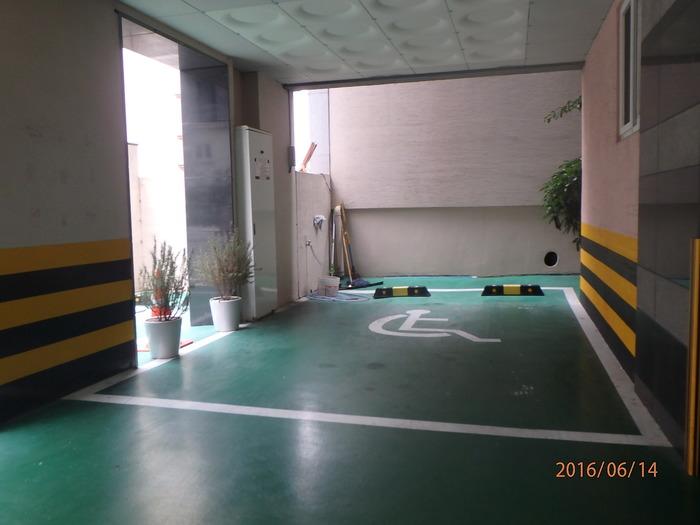 WA모텔 1층 장애인 주차장 모습