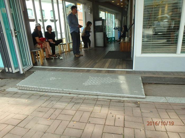 송정집 식당 입구 경사로 모습